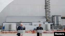 Петро Порошенко (п) і Олександр Лукашенко під час заходів у зв'язку з черговою річницею аварії на Чорнобильській атомній електростанції, 26 квітня 2017 року