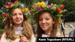 Бал мейрамына (Медовый Спас) келген жас қыздар. Алматы, 16 тамыз 2014 жыл.