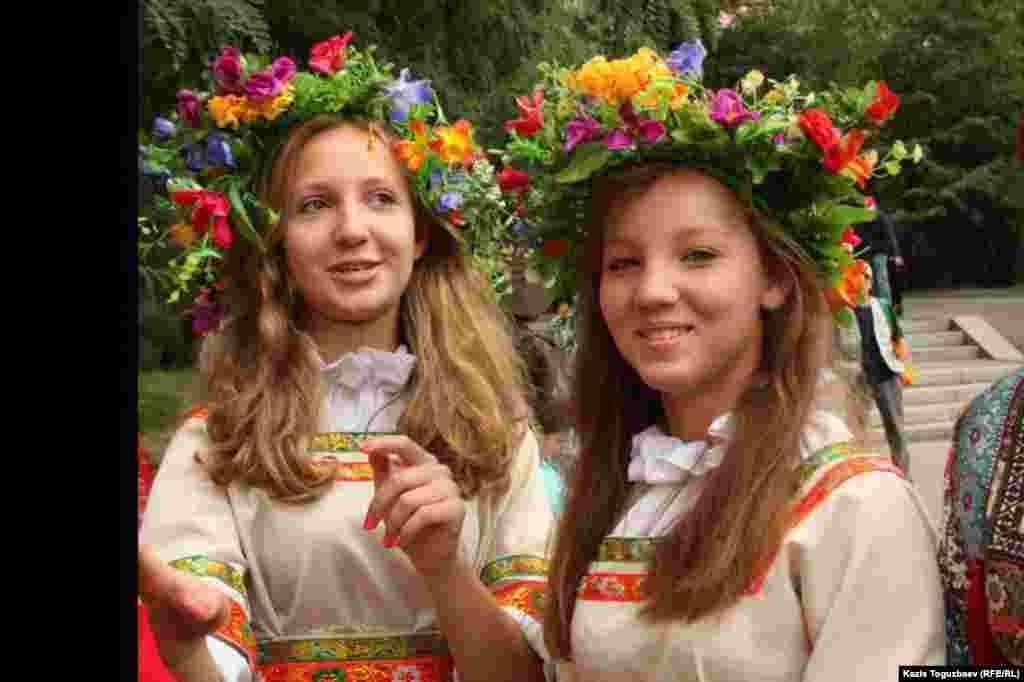 Девушки с цветочными венками на голове.