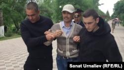 Полиция қызметкерлері акцияға шыққан 43 жастағы Әлібек Ерғазиевті ұстап әкетіп барады. Орал, 31 мамыр 2018 жыл.
