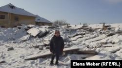 Жительница переселяемого поселка Жезказган (в народе — Рудник) Тамара Децур на фоне снесенного дома, где была ее квартира. 20 декабря 2020 года.