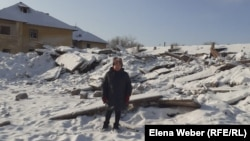 Жительница переселяемого поселка Жезказган (в народе - Рудник) Тамара Децур на фоне снесенного дома, где была ее квартира. 20 декабря 2020 года.