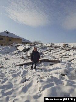Жезқазған (Рудник) ауылының тұрғыны Тамара Децур сүрілген үйінің орнында тұр. 20 желтоқсан 2020 жыл.