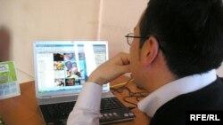 Казахстанский блогер Бекжан Толыбай утверждает, что свобода слова в Интернет пространстве все-таки есть. Алматы, 26 марта 2009 года.
