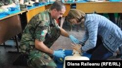 Sergentul major Dumitru Cristea şi adjuncta şefului misiunii diplomatice americane la Chişinău Kara McDonald