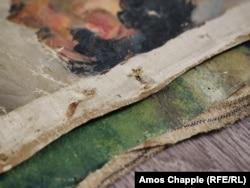 A vászon peremén jól látszik, hogy hol húzták ki a szegecseket. A festmények így leválaszthatóak lettek a keretről, könnyebben lehetett szállítani és elrejteni őket