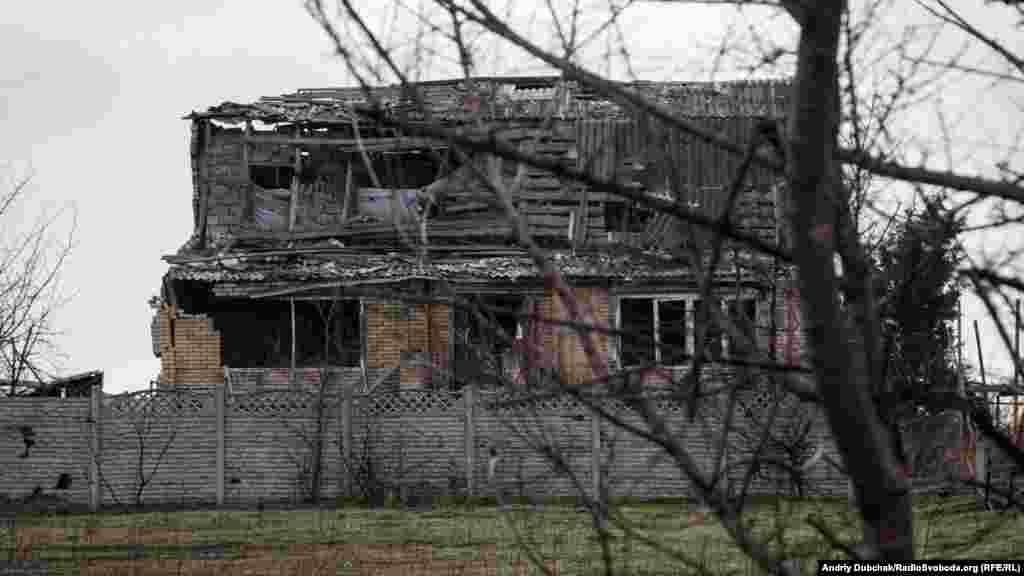 Зруйнований обстрілами будинок. Семе ця сторона будівлі розвернута у напрямку позицій бойовиків