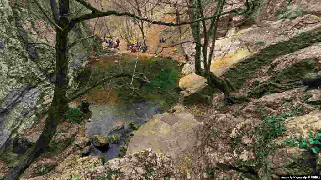 У глубокой расщелины устроен каптажный водозабор, откуда проложен водопровод в село