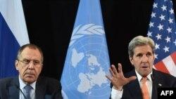Глава МИД РФ Сергей Лавров (слева) и госсекретарь США Джон Керри (архив)