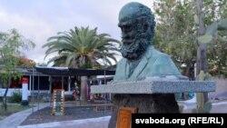 Бюст Чарльзу Дарвіну на Санта Крусе