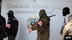 Бойовики угруповання «ДНР» у Донецьку. Квітень 2014 року