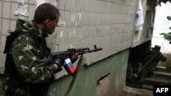 Вооруженный пророссийский повстанец в жилом секторе Луганска. 2 июня 2014 года.