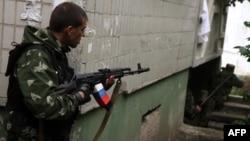 """Боец """"Луганской народной республики"""" стреляет из жилых кварталов во время штурма управления луганского пограничного отряда"""