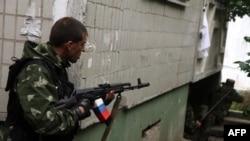 Вооруженный пророссийский повстанец в Луганске.
