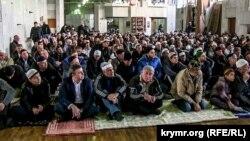 Урочиста молитва (намаз) на честь свята Курбан-байрам в окупованому Криму, жовтень 2014 року
