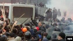 Протистояння демонстрантів і «Беркуту» на вулиці Грушевського, Київ, 19 січня 2014 року