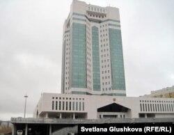 Үкімет орналасқан кешен. Астана, 27 қазан 2011 жыл.