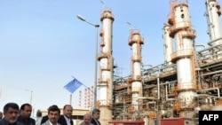Иран президенті Махмуд Ахмадинежад (ортада) Абадандағы мұнай өңдеу зауытында. 24 мамыр 2011 жыл.