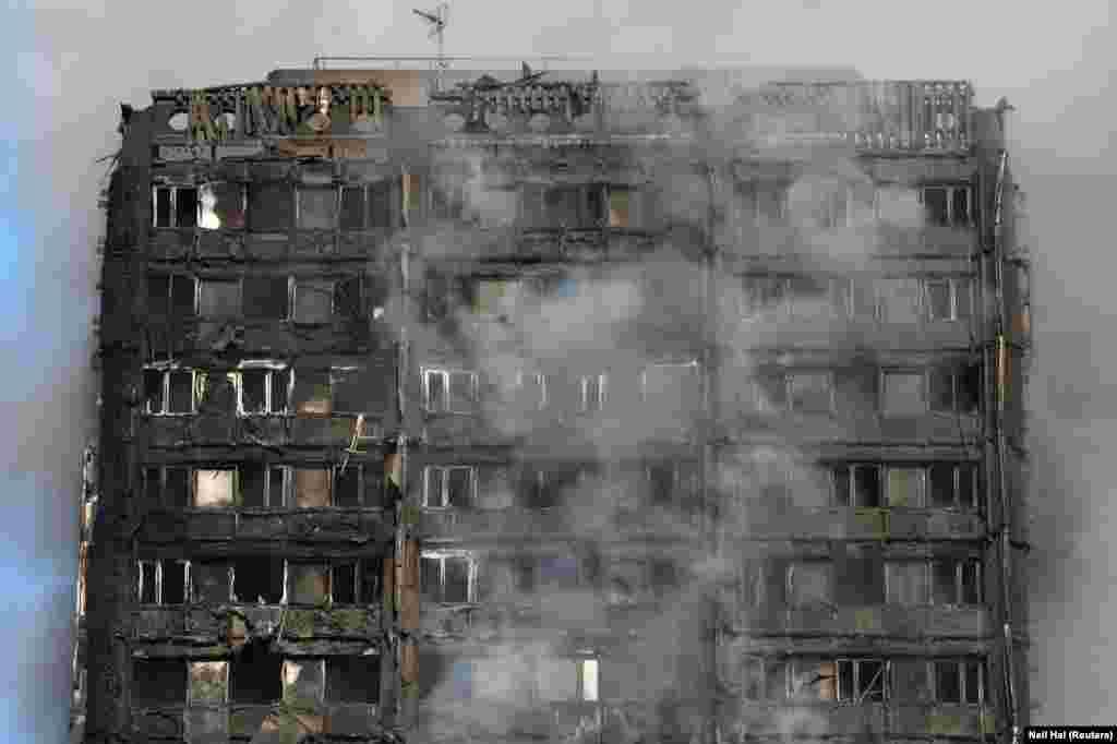 Ответственность за случившееся журналисты уже возлагают на только что назначенного главу администрации Терезы Мэй Гэвина Баруэлла. Будучи министром жилищного строительства, он возглавлял комиссию, которая должна была пересмотреть строительные нормативы после крупного пожара на юге Лондона в 2009 году