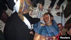 Молитва покрај телото на еден од убиените демонстранти во градот Хула во близина на Хомс.