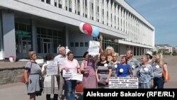 Жительницы Томска, записывают видеообращение к Владимиру Путину у здания администрации Томской области (Архивное фото)