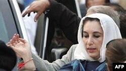 بی نظير بوتو، نخست وزير پيشين و رهبر حزب مردم پاکستان در حال خروج از منزل خود در اسلام آباد