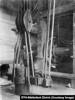 Radnik unutar krana
