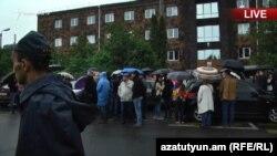 Активисты заблокировали вход в здание суда общей юрисдикции ереванской общины Нор Норк, 20 мая 2019 г.