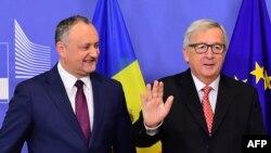 Igor Dodon (stânga și președintele Comisiei Europene Jean-Claude Juncker Bruxelles, 7 februarie 2017