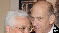 اهود اولمرت، نخست وزیر اسرائیل همراه با محمود عباس، رهبر تشکیلات خودگردان فلسطینی.(عکس: AFP)
