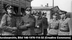 1944 рік, генерал Власов (другий зліва) з членами армії РВА
