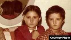 Натали, эмигрантка из Боснии, со своим братом в раннем детстве. Фото из личного альбома.