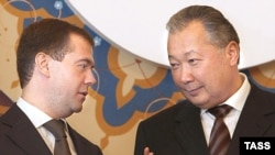 Kyrgyzstan -- President Kurmanbek Bakiev (R) with his Russian counterpart Dmitry Medvedev in Bishkek, 09Oct2008