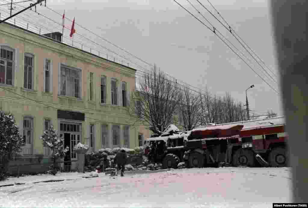 Вооруженные осетины 1 января 1991 года у баррикады в Цхинвали. Перестрелка началась 5 января, когда вооруженные этнические грузины вошли в Цхинвали. Вооруженное противостояние в городе между грузинами и осетинами продолжалось неделями, пока грузинские вооруженные подразделения не оставили город
