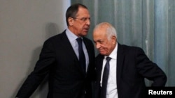Orsýetiň daşary işler ministri Sergeý Lawrow (çepde) we Arap döwletleriniň ligasynyň baş sekretary Nabil Elaraby (sagda), Moskwa, 20-nji fewral, 2013.