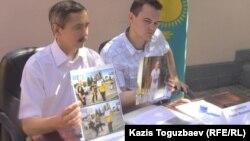 Исполняющий обязанности генерального консула Украины в Алматы Сергей Бобошко (слева). Алматы, 30 августа 2014 года.