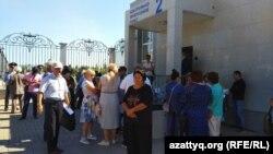 Недовольные решениями судов граждане у КПП канцелярии первого президента Казахстана Нурсултана Назарбаева. Нур-Султан, 10 июля 2019 года.