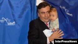 На фоне обострения отношений с Россией первые лица Грузии демонстрируют уверенность в своих силах. Михаил Саакашвили открывает больницы и дороги, а сегодня проголосовал на местных выборах