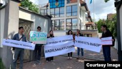 Акция казахстанских студентов у посольства Казахстана в Венгрии в поддержку арестованных Асии Тулесовой и Бейбарыса Толымбекова. Будапешт, 30 апреля 2019 года.