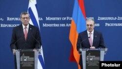 Главы МИД Армении и Уругвая - Зограб Мнацаканян (справа) и Родольфо Нин Новоа на совместной пресс-конференции, Ереван, 14 августа 2019 г.