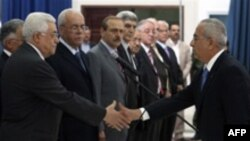 Руководство палестинского движения ФАТХ (на снимке его лидер Махмуд Аббас приветствует членов нового кабинета министров) вдохновили обещания массированной финансовой помощи Запада