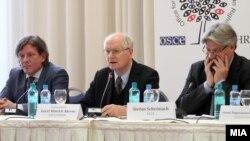 Прес-конференција на амбасадорот Герт-Хајнрих Аренс, шеф на ограничената мисија за набљудувачи на изборите на ОБСЕ/ОДИХР и Стефан Шенах, шеф на делегацијата на ПАСЕ.