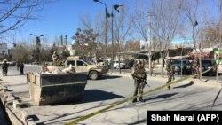 Военные на месте взрывов в Кабуле, 28 декабря 2017 года