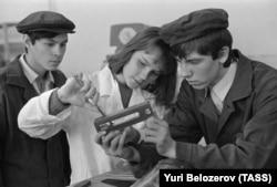 Десятиклассники на производственной практике. СССР, Ульяновск, начало 1980-х