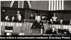 Petru Groza vorbind la primul congres al Sindicatelor Unite, ian. 1945. Mai pot fi văzuți Gh.Gheorghiu Dej, Chivu Stoica, Gh. Apostol, Ana Pauker. Fototeca online a comunismului românesc, cota:25/1945
