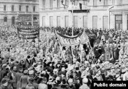 تظاهرات سربازان در سنپترزبورگ در فوریه ۱۹۱۷