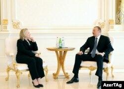 Хиллари Клинтон (слева) и Ильхам Алиев, Баку, 6 июня 2012