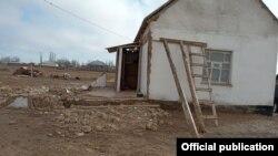 Дом, поврежденный из-за высокого уровня грунтовых вод в Сузакском районе. 24 февраля 2021 года.