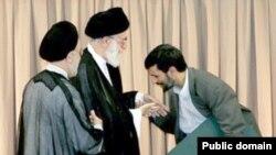 محمود احمدی نژاد و بوسه بر دست علی خامنه ای در زمان مراسم تحلیف دور اول ریاست جمهوری