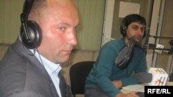Elşad Məmmədov (solda) və aparıcı Kamran Mahmudov.